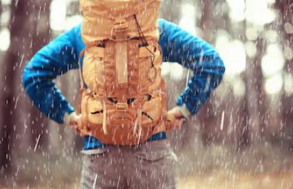 regarder un homme pendant une randonnée sous la pluie