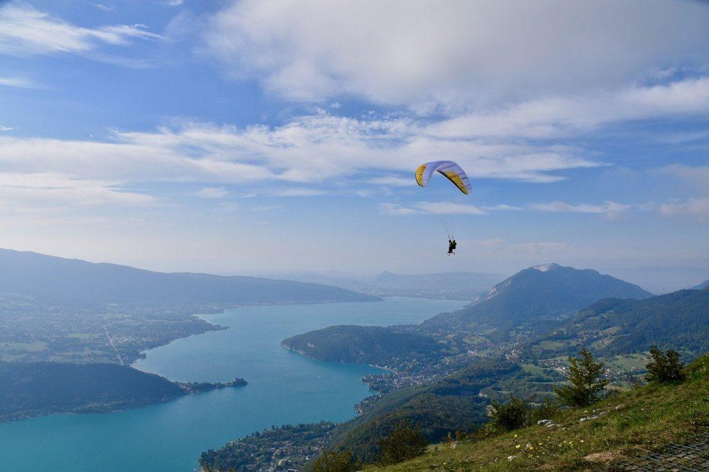 Vue aérienne du lac d'Annecy depuis le sud-est